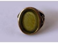 Кольцо из бронзы с инталией и желудями